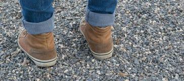 Jambes de la fille dans l'espadrille brune Images libres de droits