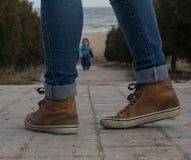 Jambes de la fille dans l'espadrille brune Photo stock