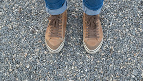 Jambes de la fille dans l'espadrille brune Photographie stock libre de droits