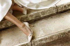 Jambes de la jeune mariée images stock