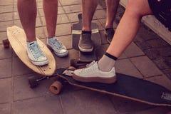Jambes de patineurs sur Longboards Photo stock