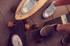 Jambes de patineurs sur Longboards Photo libre de droits