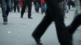 Jambes de personnes marchant dans la ville