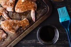 Jambes de poulet crues avec le poivre et les herbes de sel Images stock