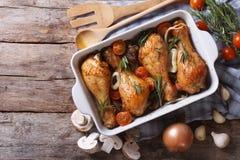 Jambes de poulet cuites au four avec des champignons et des légumes dessus horizontal Image libre de droits