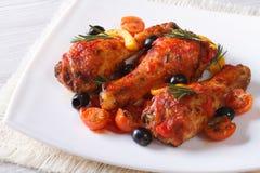 Jambes de poulet cuites en sauce tomate d'un plat, horizontal Photo stock