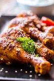 Jambes de poulet de gril BBQ grillé de jambes de poulet avec le persil et la tomate de sésame Photo stock