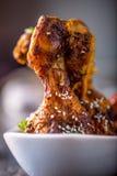 Jambes de poulet de gril BBQ grillé de jambes de poulet avec le persil et la tomate de sésame Images stock