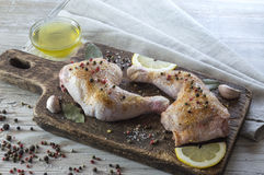 Jambes de poulet en marinade Photo stock