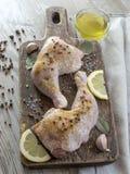Jambes de poulet en marinade Photos libres de droits