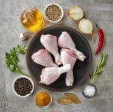 Jambes de poulet et diverses épices photos libres de droits