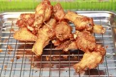 Jambes de poulet frit sur le gril. Photo libre de droits