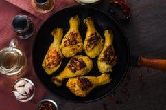 Jambes de poulet grillées sur la casserole de gril Photo libre de droits
