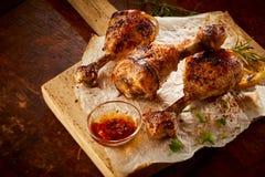 Jambes de poulet marinées grillées tout entier épicées Images stock
