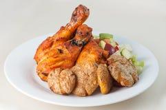 Jambes de poulet tandooris avec de la salade Photo stock