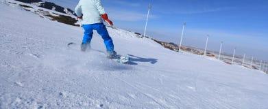 Jambes de snowboarding en montagnes Photos libres de droits