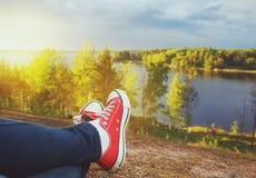 Jambes de voyageur se reposant sur la falaise Concep de voyage et de liberté Photo stock