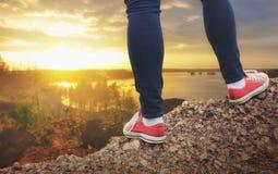 Jambes de voyageur se tenant sur la falaise Conce de voyage et de liberté Photo stock
