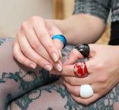 Jambes de Woman's avec de beaux bas et mains avec coloré Image stock