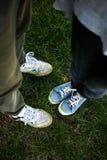 Jambes des couples heureux sur l'herbe verte, concept d'unité, sur le Ba Photo stock