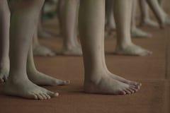 Jambes des enfants, gagnant d'attente de gymnastique images stock