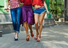 Jambes des femmes sur la rue de ville Images libres de droits
