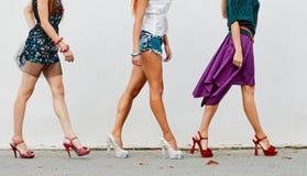 Jambes des femmes sur la rue de ville Images stock