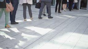 Jambes des personnes marchant et se tenant dans la ligne dehors Gens d'affaires dans la file d'attente au district des affaires clips vidéos