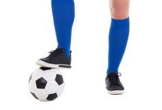 Jambes du footballeur et du plan rapproché de boule d'isolement sur le blanc Photographie stock libre de droits