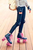 Jambes du jeune patineur de rouleau se tenant sur l'étape Photo libre de droits
