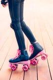 Jambes du jeune patineur de rouleau se tenant sur l'étape Image libre de droits