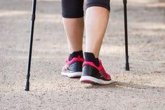 Jambes du nordic de pratique de femme supérieure pluse âgé marchant, concept des modes de vie sportifs dans la vieillesse Images stock
