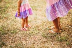 Jambes du ` s d'enfants et pieds de parents La famille marche le long de la plage Photographie stock