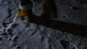 Jambes du ` s d'homme marchant sur la neige banque de vidéos