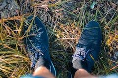 Jambes du ` s d'hommes dans des espadrilles en parc sur l'herbe Image libre de droits