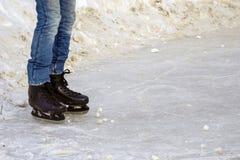 Jambes du ` s d'hommes dans des jeans avec mis sur des patins Photo libre de droits