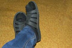 Jambes du ` s d'hommes en jeans, espadrilles et chaussettes Images libres de droits