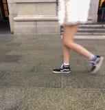 Jambes du ` s de femme marchant sur le trottoir Image libre de droits