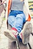 Jambes du ` s de femme utilisant les espadrilles rouges de toile Image stock