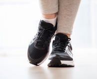 Jambes du ` s de femmes d'élégance portant dans des espadrilles Photographie stock libre de droits