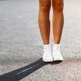 Jambes du ` s de fille dans des espadrilles - fin  Photographie stock