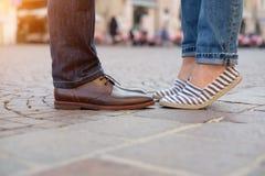 Jambes et chaussures d'un couple dans l'amour Photographie stock libre de droits