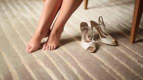 Jambes et chaussures nues du ` s de femmes près de eux sur le tapis Épouser dedans clips vidéos
