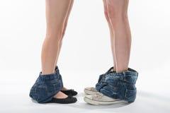 Jambes et chaussures romantiques d'un homme et d'une femme avec des vêtements vers le bas Photo libre de droits