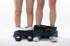 Jambes et chaussures romantiques d'un homme et d'une femme avec des vêtements vers le bas Images libres de droits