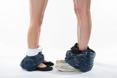 Jambes et chaussures romantiques d'un homme et d'une femme avec des vêtements vers le bas Image stock
