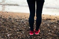 Jambes et espadrilles sur la plage de mer Image libre de droits