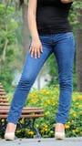 Jambes et fille d'adolescent de Latina de taille Image stock