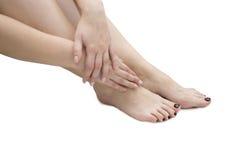Jambes et mains des femmes Image stock
