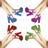 Jambes et pieds d'une femme avec les chaussures colorées en cercle Images libres de droits